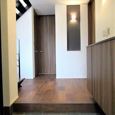 玄関はゆとりある広さの贅沢な空間